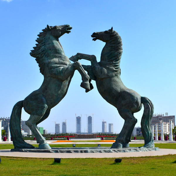 Bronze horse fighting with two feet in the air for public lawn ornaments