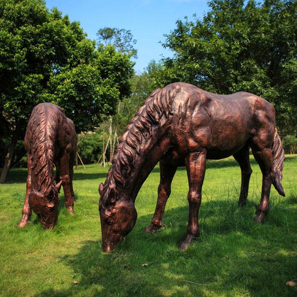 Life size bronze casting grazing horse statues for farm decor